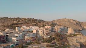 Sorvolare bella stazione turistica con gli hotel e strada per traffico sulla spiaggia rocciosa vicino ad acqua contro il cielo video d archivio