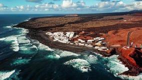 Sorvolare EL vulcanico Golfo del lago, Lanzarote, isole Canarie, Spagna stock footage
