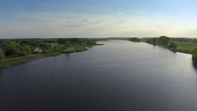Sorvolare il fiume video d archivio