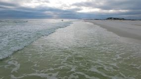 Sorvolare il golfo del Messico e la spiaggia a Pensacola, Florida Cielo nuvoloso di sera video d archivio