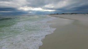 Sorvolare il golfo del Messico e la spiaggia a Pensacola, Florida Cielo nuvoloso di sera archivi video