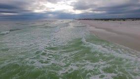 Sorvolare il golfo del Messico e la spiaggia a Pensacola, Florida Cielo nuvoloso di sera stock footage