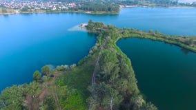 Sorvolare il lago blu video d archivio