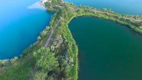 Sorvolare il lago blu stock footage