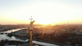 Sorvolare il Peter e Paul Fortress vicino all'angelo al tramonto Il centro storico di St Petersburg, aereo video d archivio