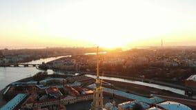 Sorvolare il Peter e Paul Fortress vicino all'angelo al tramonto Il centro storico di St Petersburg archivi video