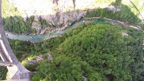 Sorvolare il ponte del ` s di Dzhurdzhevich attraverso il canyon del fiume di Cesalpina Sosta nazionale di Durmitor montenegro video d archivio