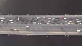 Sorvolare il ponte della strada attraverso il fiume di Dnieper l'ucraina stock footage