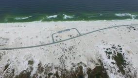 Sorvolare l'area e la strada di parcheggio in spiaggia di Pensacola, Florida stock footage