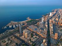 Sorvolare la città Kuwait di Salmiya appena prima il tramonto fotografie stock libere da diritti