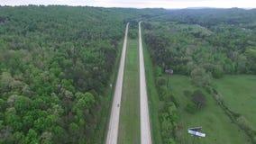 Sorvolare la gara motociclistica su pista nello stato dell'Alabama, U.S.A. Foresta nel fondo archivi video