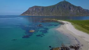 Sorvolare la spiaggia sabbiosa stock footage