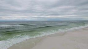 Sorvolare la spiaggia in spiaggia di Pensacola, Florida Spiaggia del cittadino delle isole del golfo video d archivio