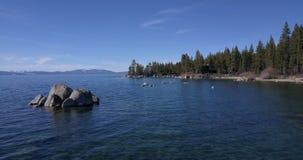 Sorvolare la superficie del lago Tahoe con i massi video d archivio
