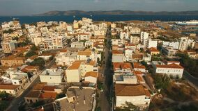 Sorvolare le vie della cittadina in Europa meridionale al tramonto archivi video