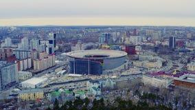 Sorvolare lo stadio nella città durante la partita di campionato di calcio stock footage
