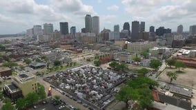 Sorvolare New Orleans, la Luisiana cityscape San Louis Cemetery Oggetto facente un giro turistico stock footage