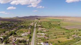 Sorvolare un piccolo villaggio in Romania archivi video