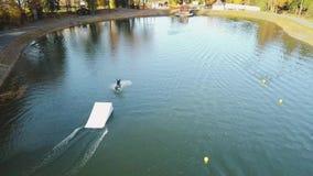 Sorvolare wakeboarding sul video aereo del fiume 4k stock footage