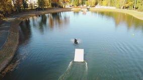Sorvolare wakeboarding sul video aereo del fiume 4k video d archivio