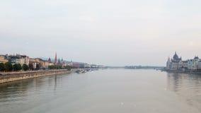 Sorvoli il Danubio Panorama del fiume di Budapest Ungheria stock footage