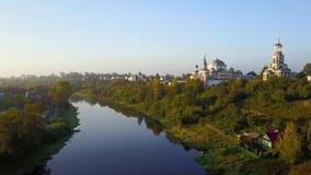 Sorvoli il fiume in Toržok, Russia di Tvertsa archivi video