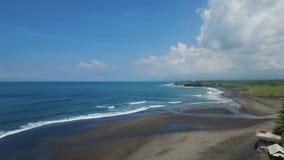 Sorvoli il metraggio grigio dell'antenna della linea costiera della spiaggia di sabbia stock footage