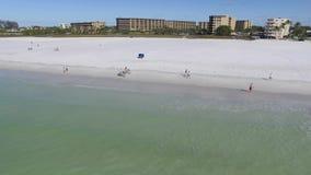 Sorvoli la spiaggia nella chiave di siesta, Florida stock footage