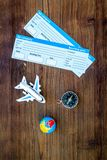 SOS在木背景顶视图保存与地球、指南针、票和飞机的行星和生态概念 库存图片