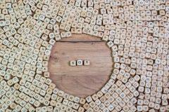 SOS, texte allemand pour le signal de détresse, mot dans les lettres sur le cube découpe sur la table photographie stock
