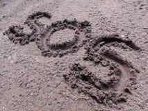 SOS znak pisać na ziemi zdjęcia stock