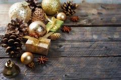 Sosna konusuje z złocistą boże narodzenie dekoracją z kopii przestrzenią Fotografia Stock