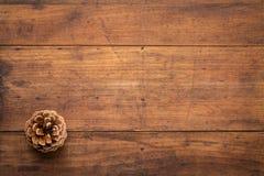 Sosna rożek przeciw nieociosanemu drewnu Obrazy Stock