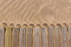 Sosnowego drewna pokład wietrzał w plażowej piasek teksturze Obrazy Royalty Free