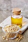 Sosnowej dokrętki olej i sosnowe dokrętki Zdjęcia Stock