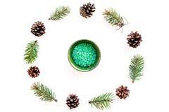 Sosnowi zdrojów kosmetyki, produkty dla skóry opieki Zielona aromatyczna zdrój sól blisko rozgałęzia się i konusuje na białego tł Zdjęcia Royalty Free