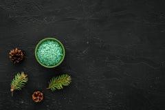Sosnowi zdrojów kosmetyki, produkty dla skóry opieki Zielona aromatyczna zdrój sól blisko rozgałęzia się i konusuje na czarnego t Zdjęcia Royalty Free