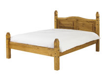 Sosnowy łóżko odizolowywający na białym tle Obrazy Stock