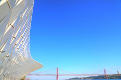Sospensione 25 del punto di riferimento del ponte di aprile a Lisbona Immagine Stock Libera da Diritti