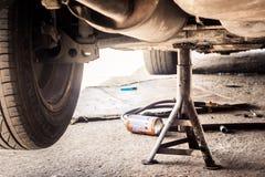 Sospensione dell'automobile manutenzione immagine stock libera da diritti