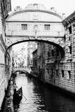 Sospiri do dei de Ponte com uma gôndola que flutua para ela Veneza, ele Imagem de Stock Royalty Free