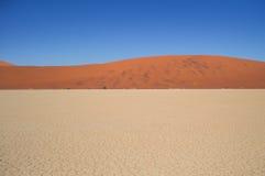 Sossusvlei salta Pan Desert Landscape med dyn, Namibia Royaltyfria Foton