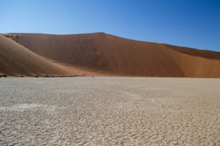 Sossusvlei salta Pan Desert Landscape med dyn, Namibia Arkivfoton