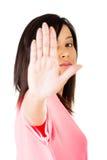 Sosténgase encendido, gesto de la parada mostrado por la mujer joven Foto de archivo
