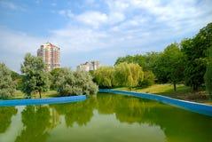 Sosta della città con il lago Fotografie Stock