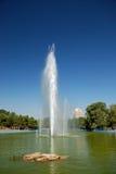 Sosta della città con un'alta fontana Fotografie Stock