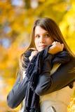 Sosta di autunno - donna del modello di modo Fotografia Stock