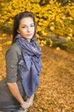 Sosta di autunno e un bello brunette. Fotografia Stock