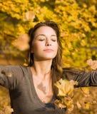 Sosta di autunno e un bello brunette. Fotografie Stock Libere da Diritti