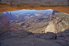Sosta nazionale di Canyonlands dell'arco di MESA Fotografie Stock Libere da Diritti